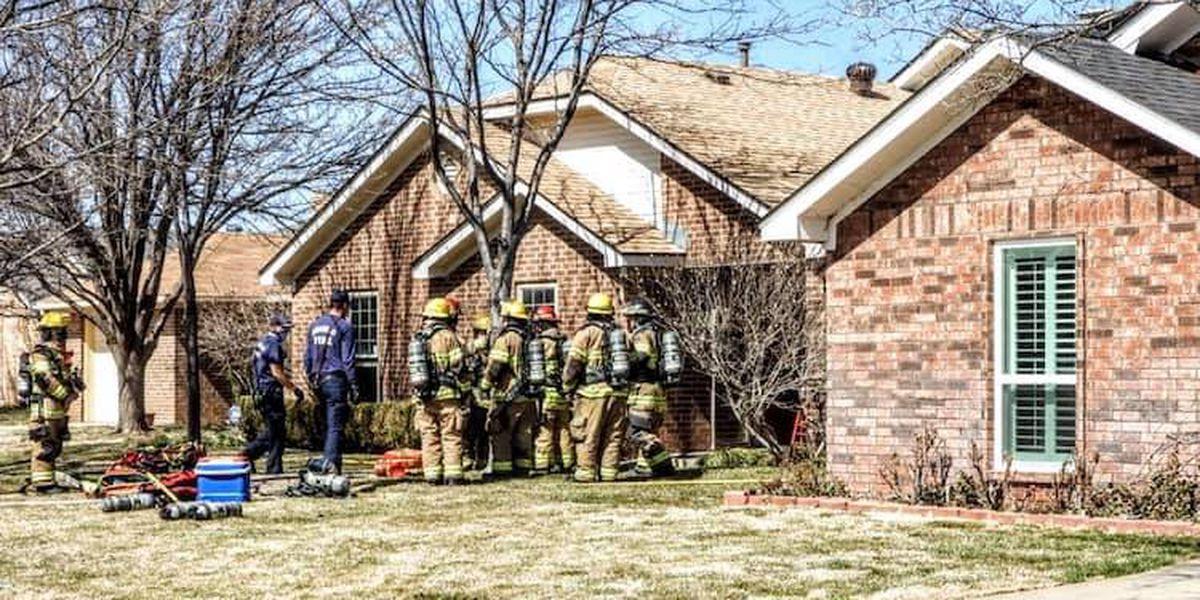 Bomberos rescataron a una persona de un incendio de una casa en Syracuse Drive, la persona está en estado crítico