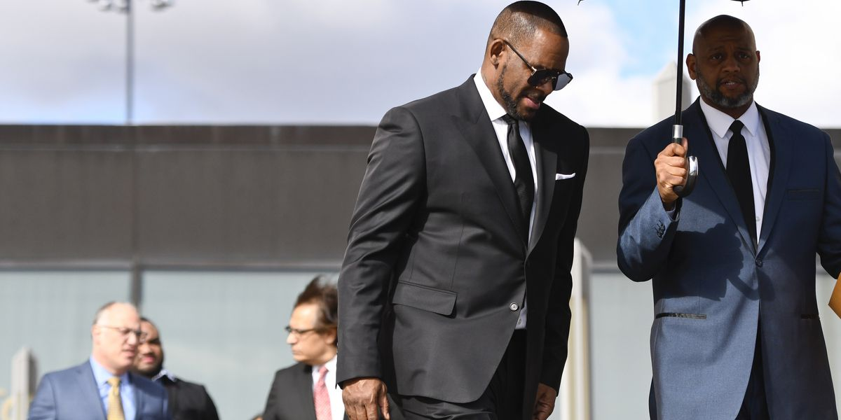 R. Kelly's lawyer demands Avenatti texts, emails at hearing