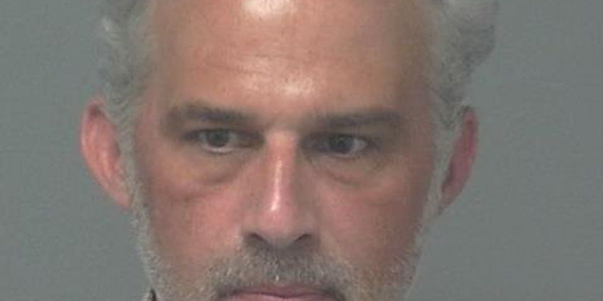 Ex maestro de secundaria Travis arrestado por 9 cargos de abuso sexual infantil
