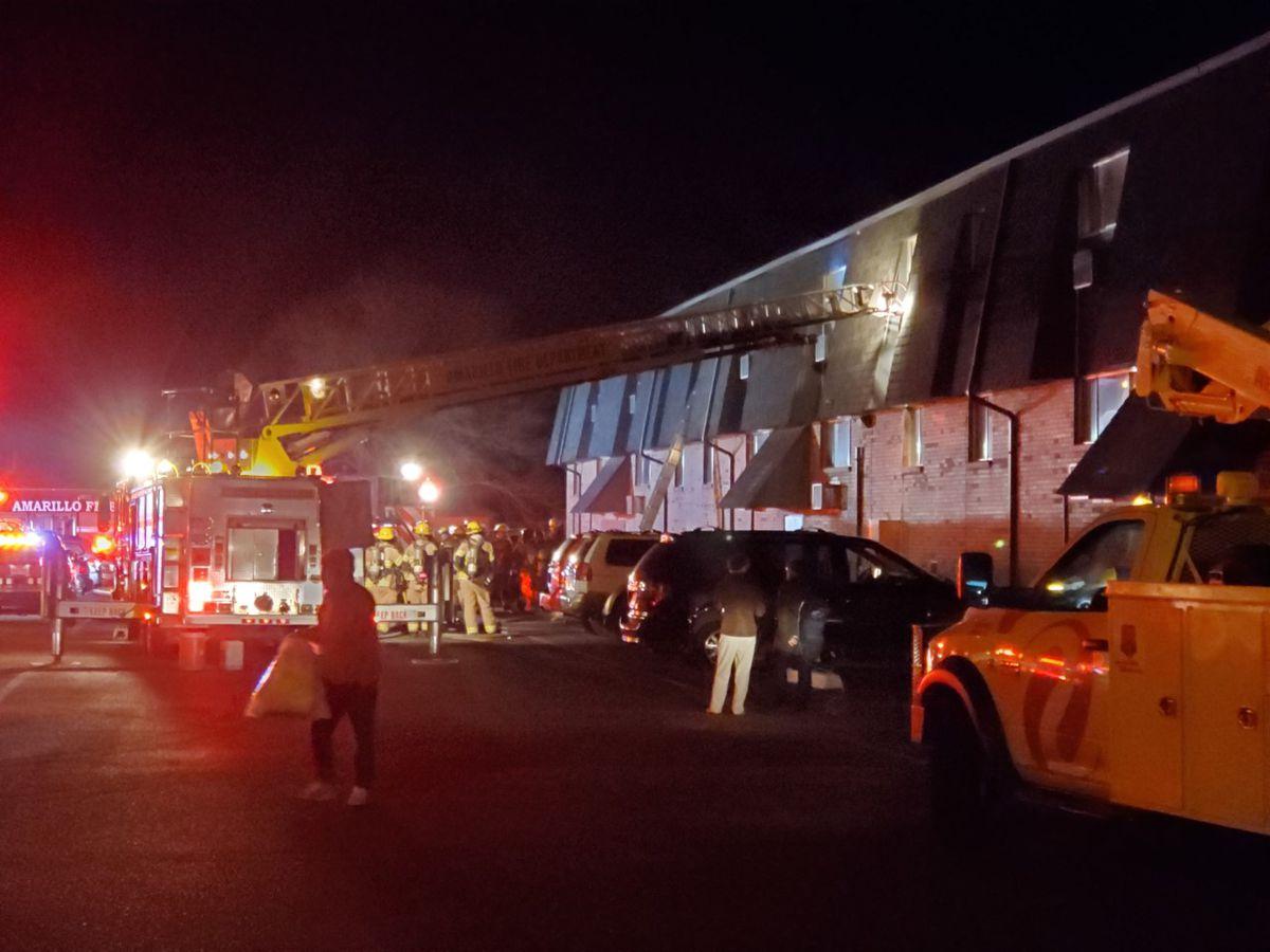 1 persona enviada al hospital, residentes y mascotas rescatados durante incendio en complejo de apartamentos al noroeste de Amarillo