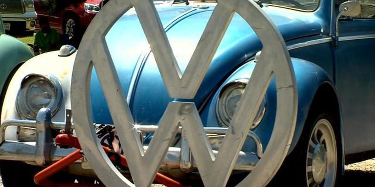 """Street Volkswagen llevando acabo show de autos llamado """"Calling All Slug Bugs"""""""