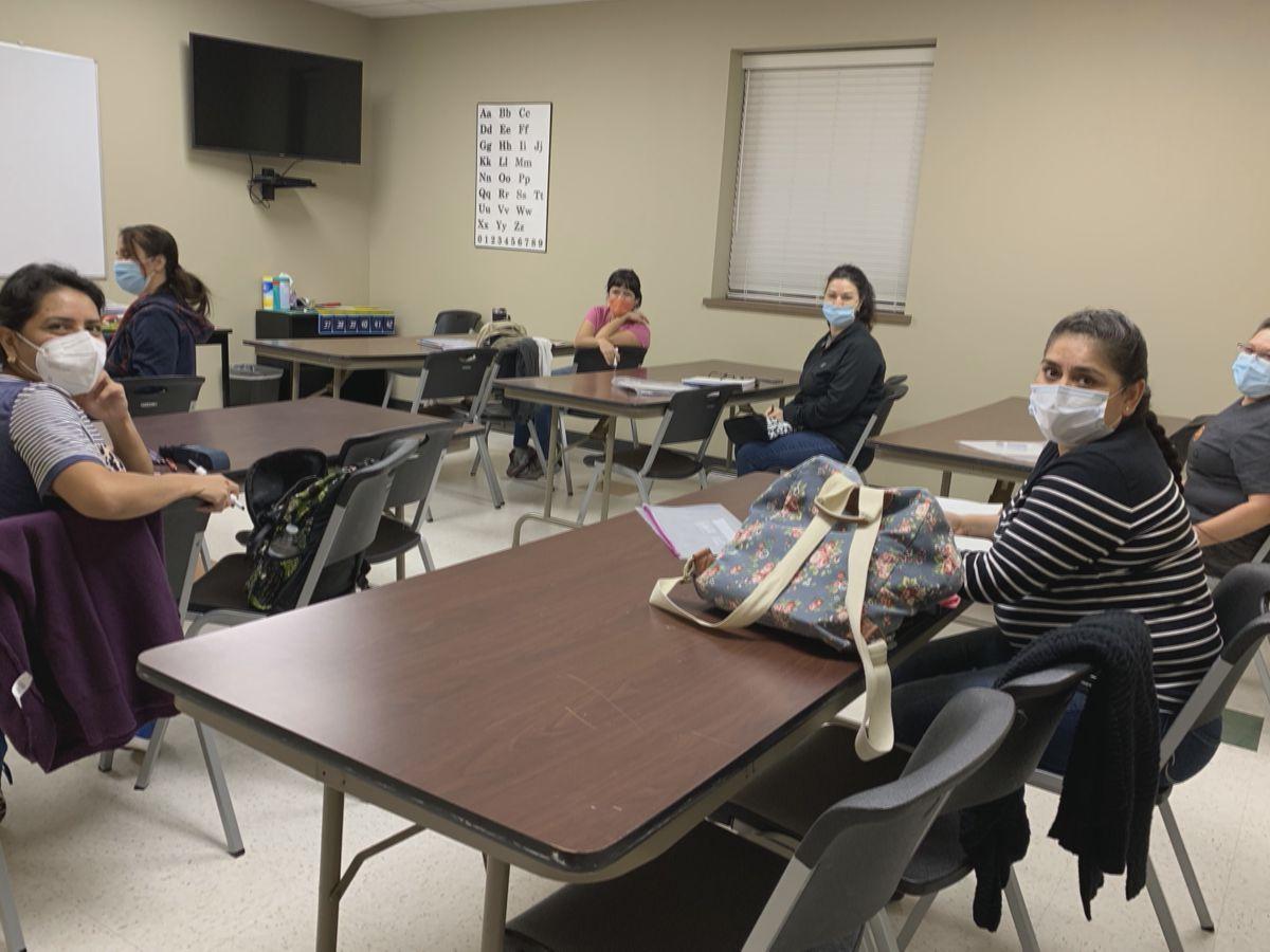 """""""Necesito un trabajo mejor"""": Inmigrantes enfrentan desafíos de idioma ya que las clases de ESL están limitadas debido a COVID-19"""