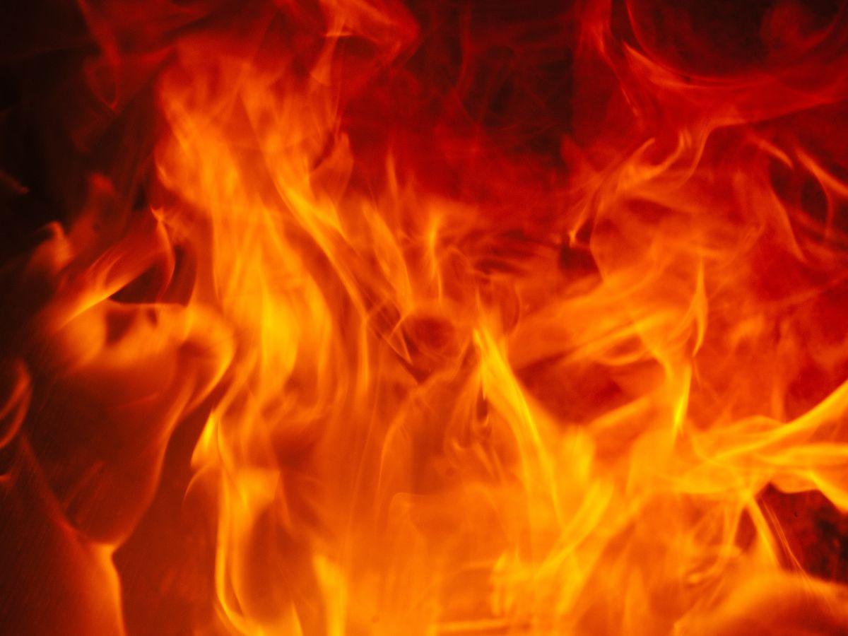 Equipos de bomberos controlan un incendio en una casa en el norte de Amarillo