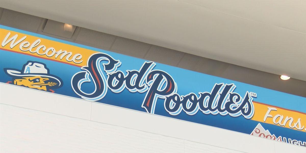 """Miles de fanáticos visitaron el estadio """"Hodgetown"""" para el primer juego de béisbol de los Sod Poodles en Amarillo"""