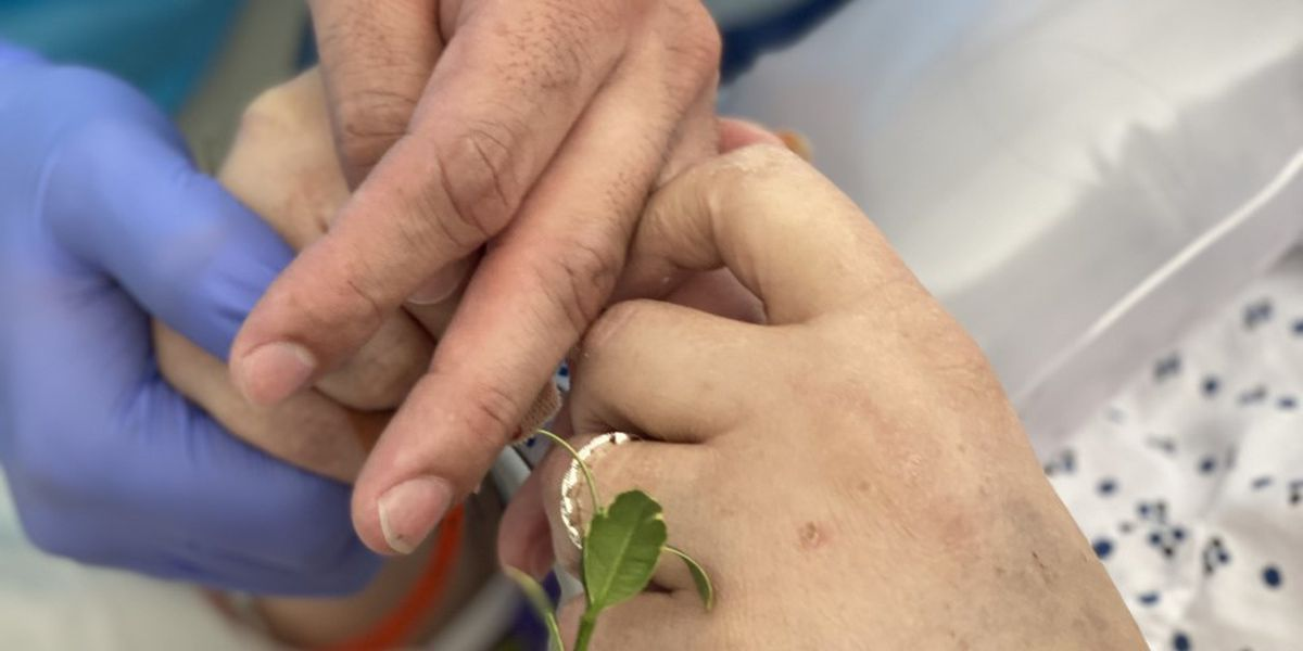 El personal del Hospital Northwest Texas realiza una ceremonia de matrimonio horas antes de que la mujer muera de COVID-19